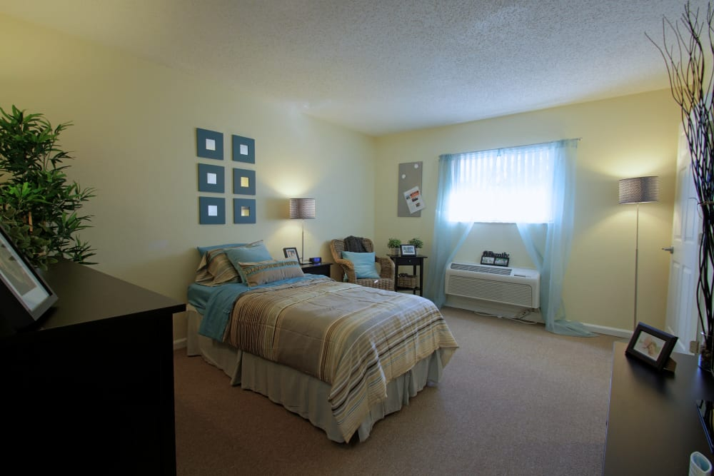 A spacious bedroom at Bradenton Oaks in Bradenton, Florida