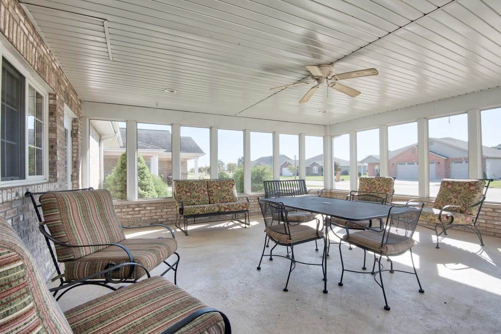 Covered outdoor patio with tables and chairs at The Villas at St. James in Breese, Illinois