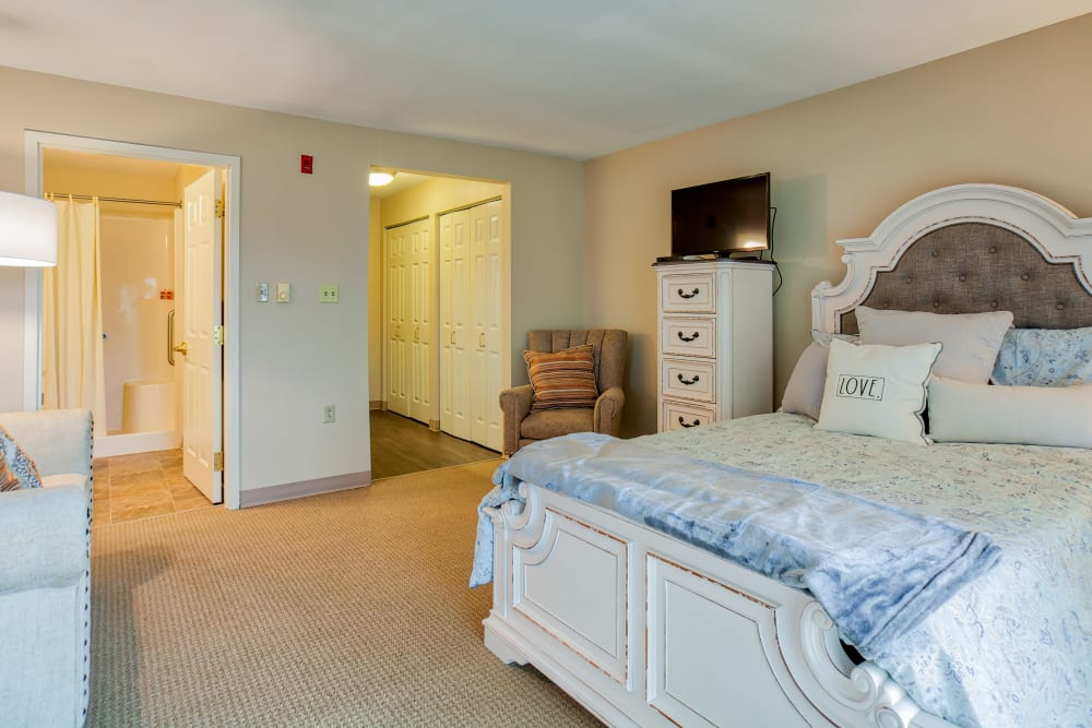 A spacious bedroom with an attached bathroom at Chapel Hill in Cumberland, Rhode Island