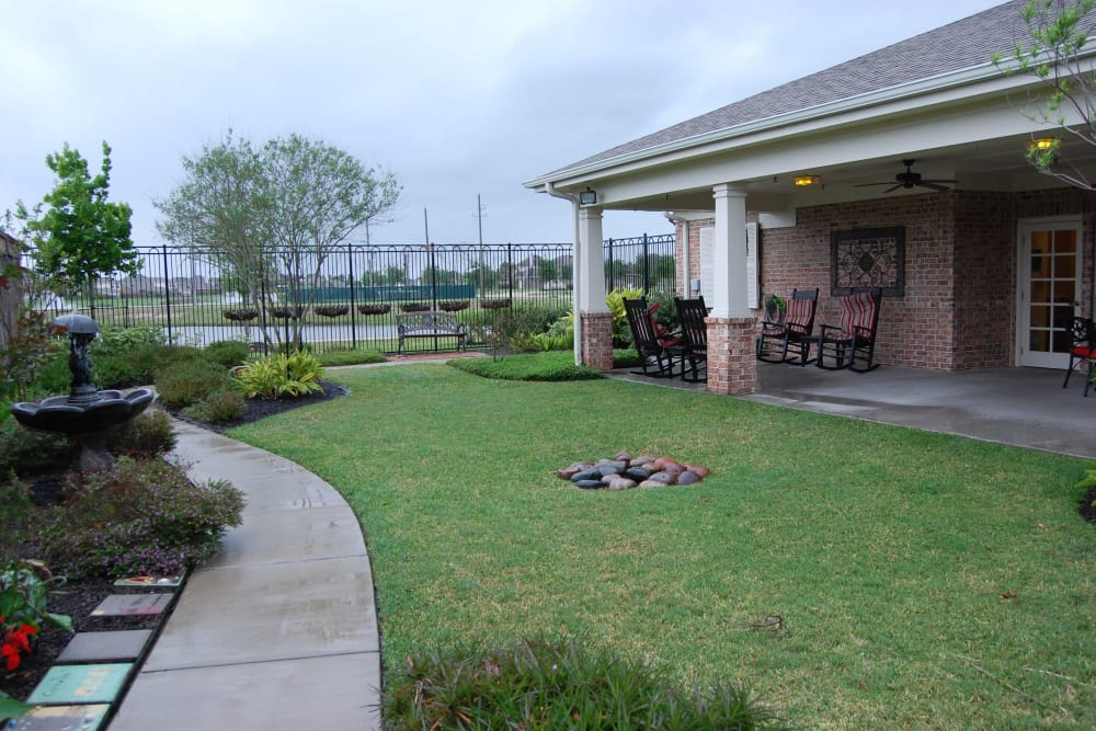 A paved walkway around the courtyard at Autumn Grove Cottage at Pearland in Manvel, Texas