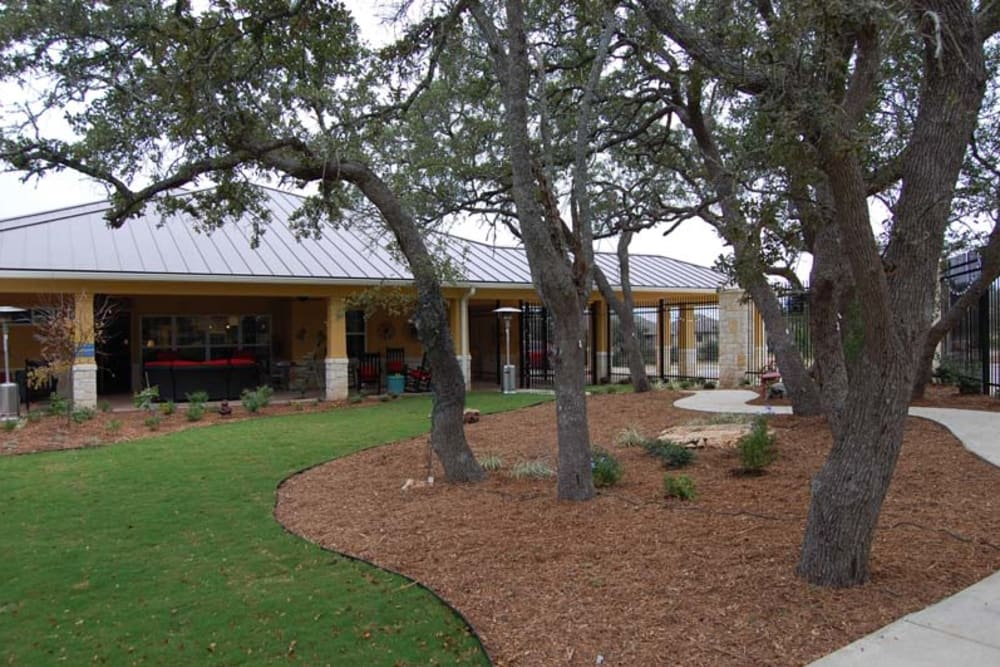 The community courtyard at Autumn Grove Cottage at Stone Oak in San Antonio, Texas
