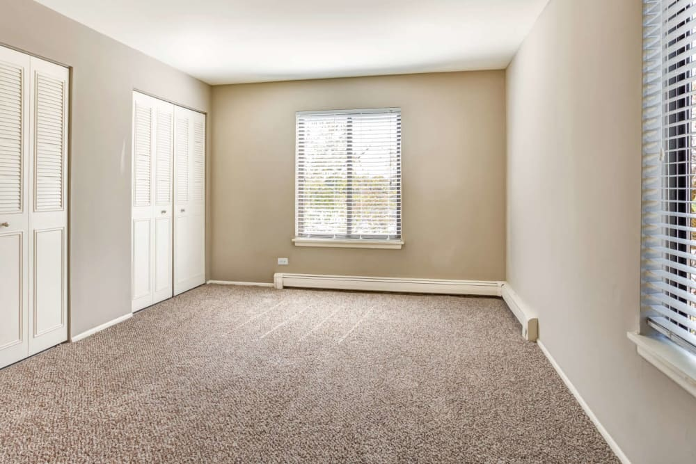 A large open bedroom with carpet at Lakeside Apartments in Wheaton, Illinois