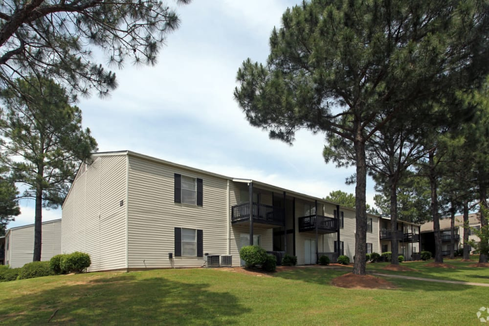 Exterior view of apartments at Pinebrook Apartments in Ridgeland, Mississippi