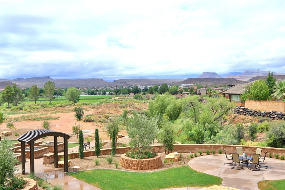 A beautiful outdoor patio area with walking paths at The Retreat at Sunriver in St. George, Utah