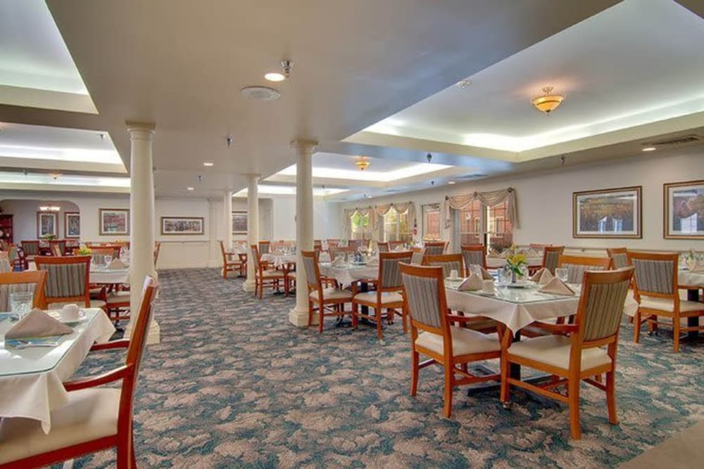 Dining room with tables and chairs at Brentwood at Niles in Niles, Michigan