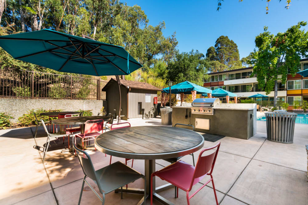 Barbecue area with plenty of seating nearby at Sofi Belmont Glen in Belmont, California