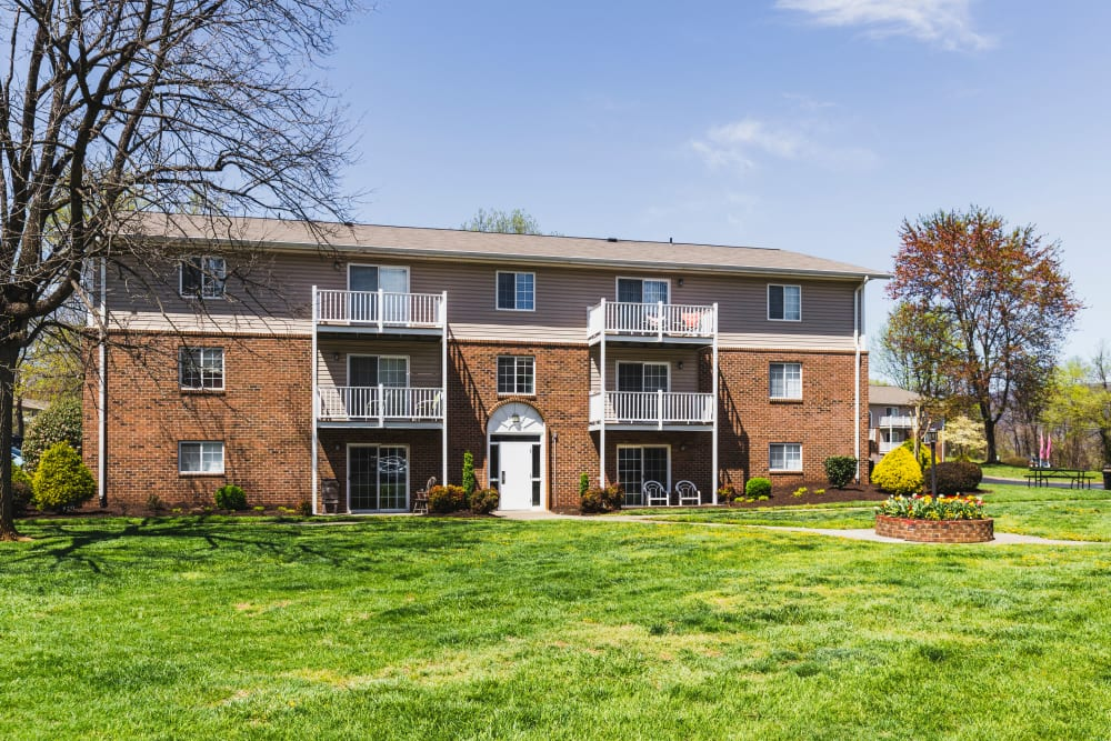 Exterior view of Salem Wood Apartments in Salem, Virginia