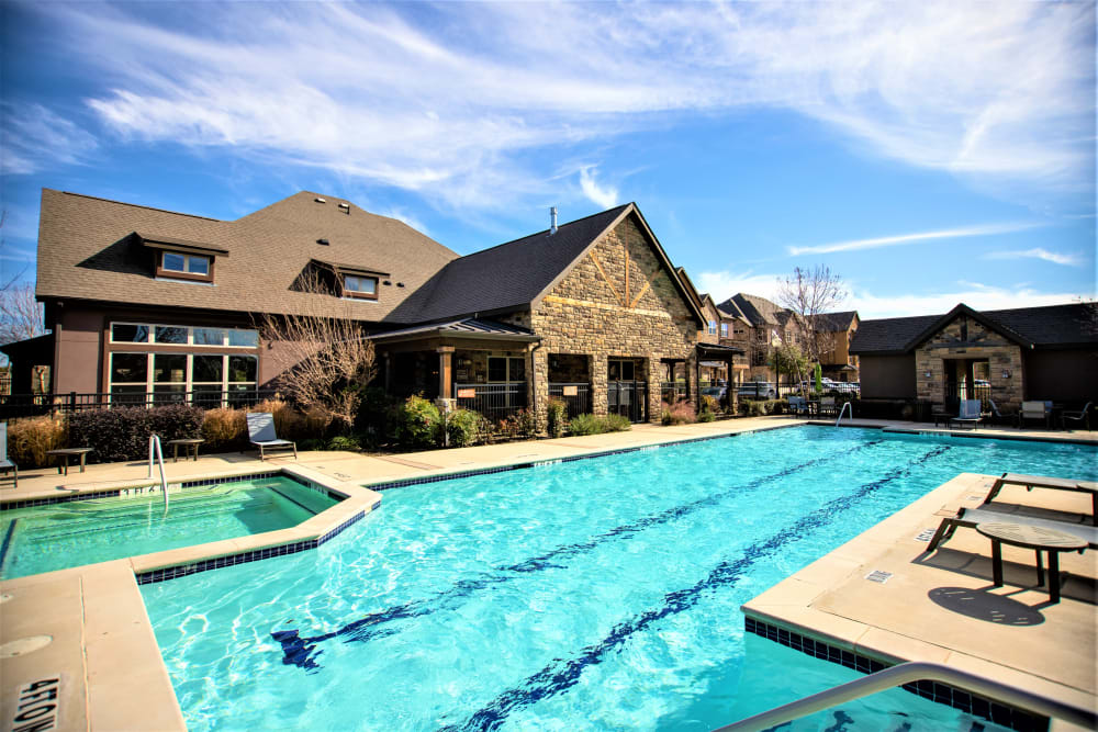 Sparkling swimming pool alt Enclave at Grapevine in Grapevine, Texas