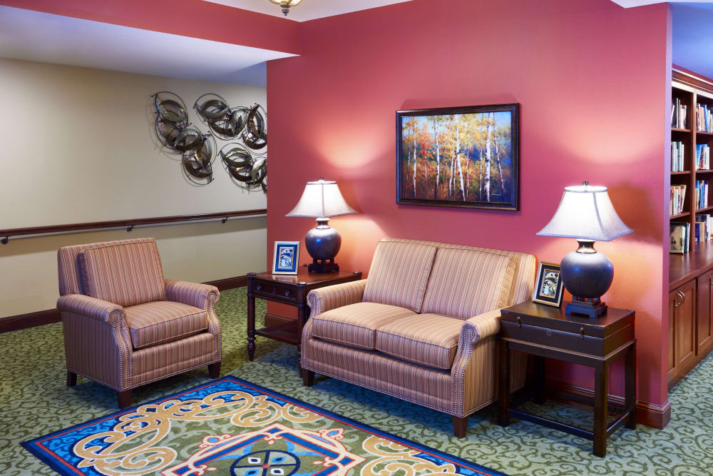 Comfortable seating with side tables and lamps at Applewood Pointe Bloomington at Valley West in Bloomington, Minnesota.
