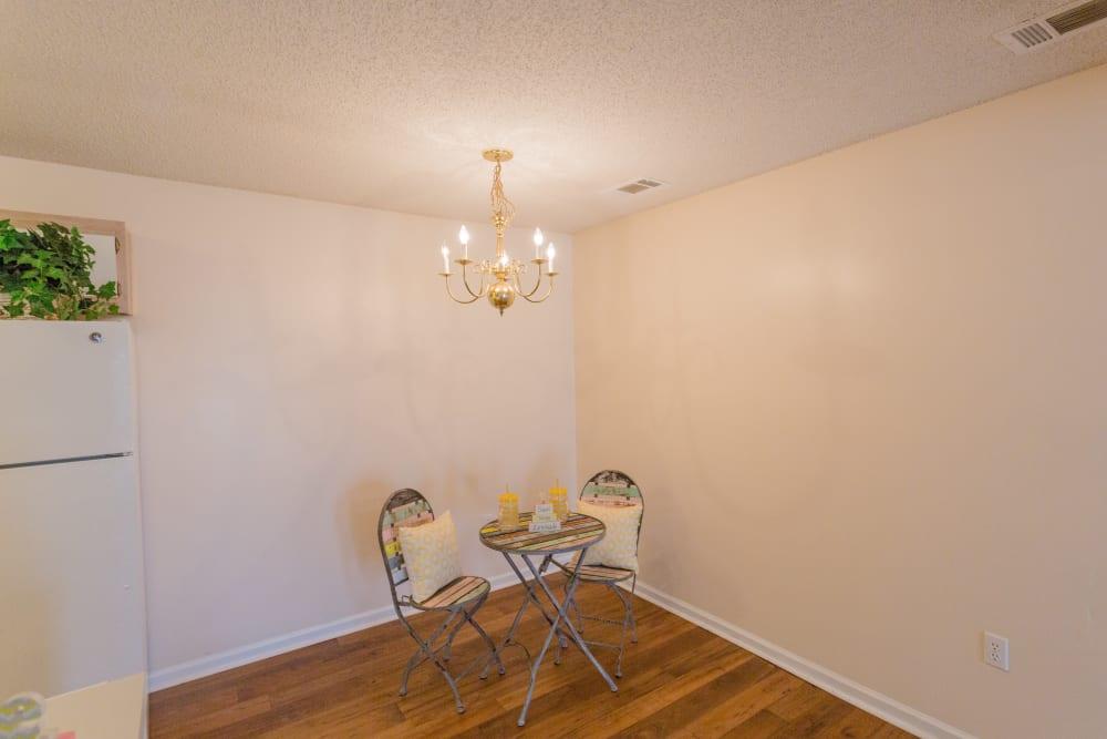 An apartment dining area at The Retreat at Sherwood in Sherwood, Arkansas