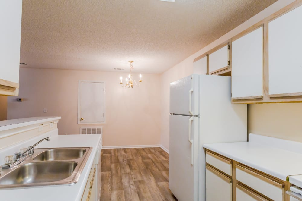 An apartment kitchen at The Retreat at Sherwood in Sherwood, Arkansas