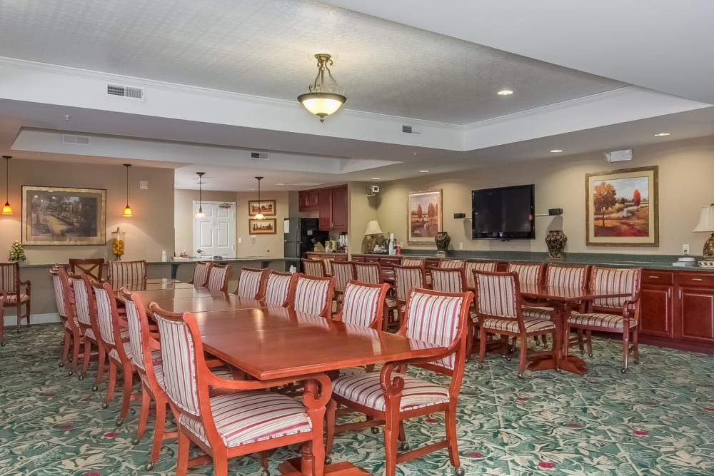 Resident dining area at Applewood Pointe of New Brighton in New Brighton, Minnesota.