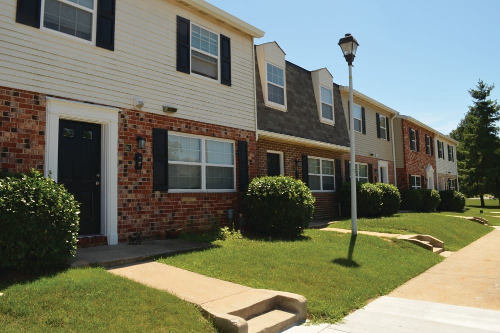 Green lawns at Middlebrooke Apartments & Townhomes in Westminster, Maryland