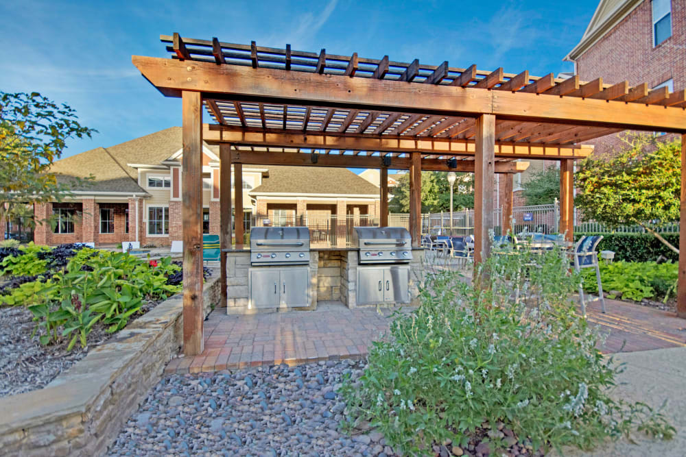 Outdoor grilling station at Vista 121 Apartment Homes in Lewisville, Texas