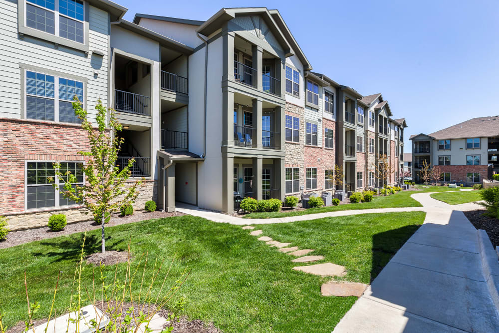 Exterior of Boulders at Overland Park Apartments | Apartments in Overland Park, Kansas