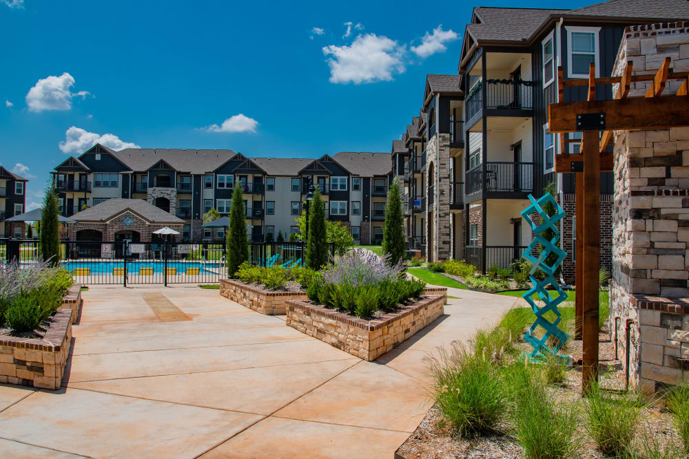 Lush courtyard at Bend at New Road Apartments in Waco, Texas