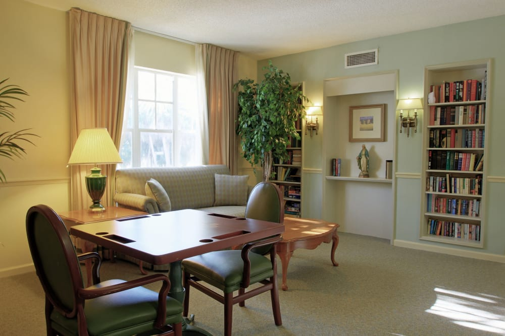 A library and sitting area at Sunset Lake Village Senior Living in Venice, FL