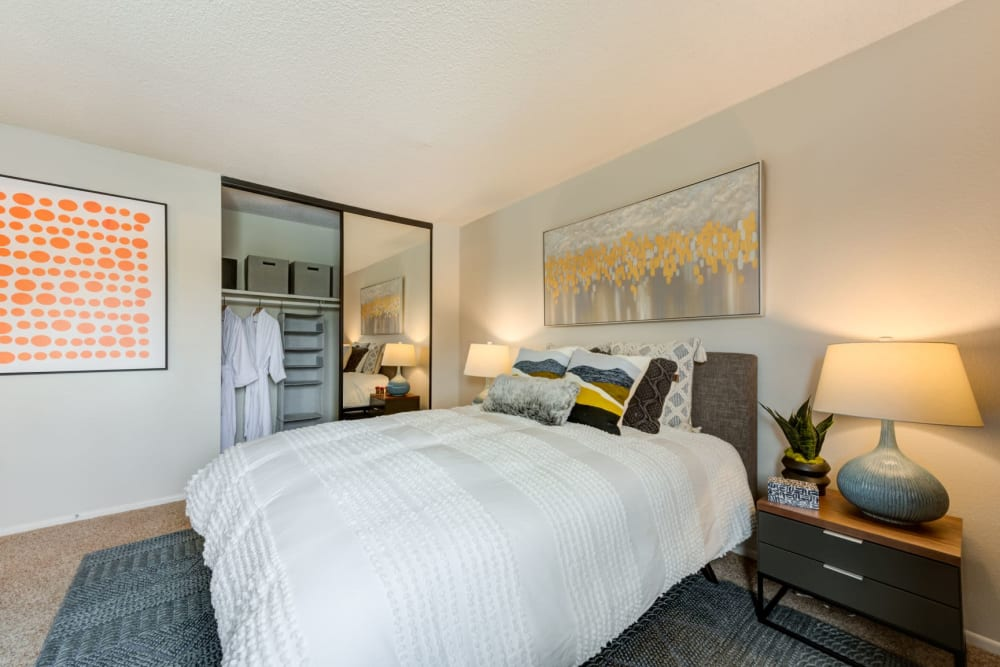 Bed rooms with high ceilings at Sofi Ventura