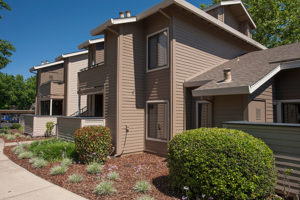 The landscaped exterior of Deer Valley Apartment Homes in Roseville, California