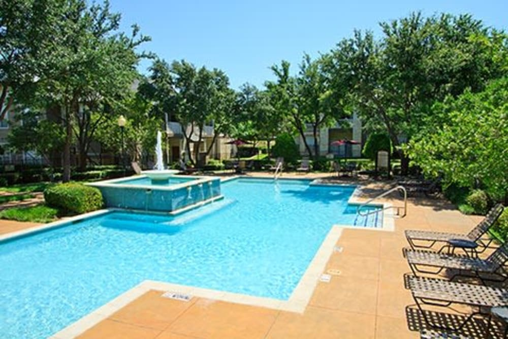 Large sparkling swimming pool with a fountain at Somerset at Spring Creek in Plano, Texas
