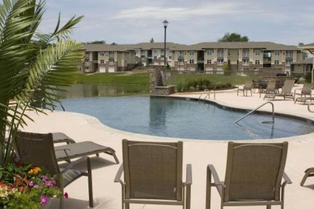 Luxury swimming pool at apartments in Lee's Summit, Missouri