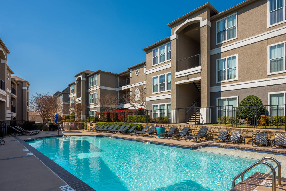 Center courtyard with a swimming pool between resident buildings at Vail Quarters in Dallas, Texas