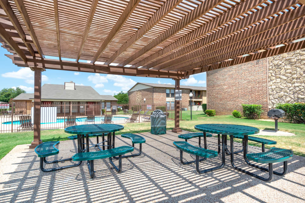 Community picnic area at 8500 Harwood Apartment Homes in North Richland Hills, Texas