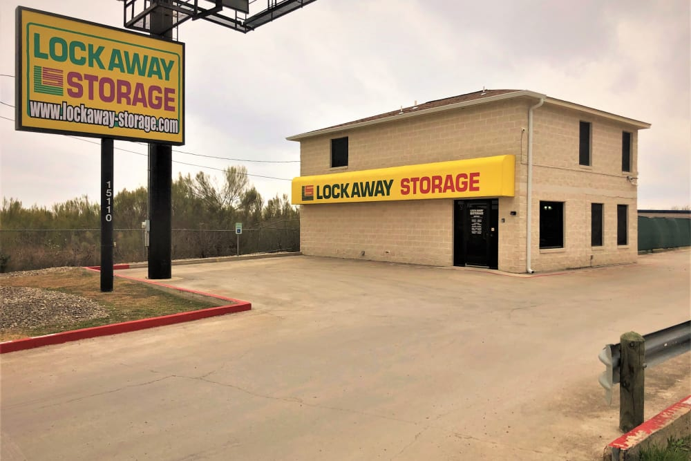 Lockaway Storage FM 471 Exterior