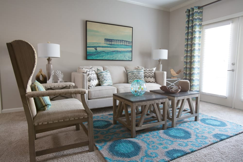 Living room with plush carpeting at Ansley Commons Apartment Homes in Ladson, South Carolina