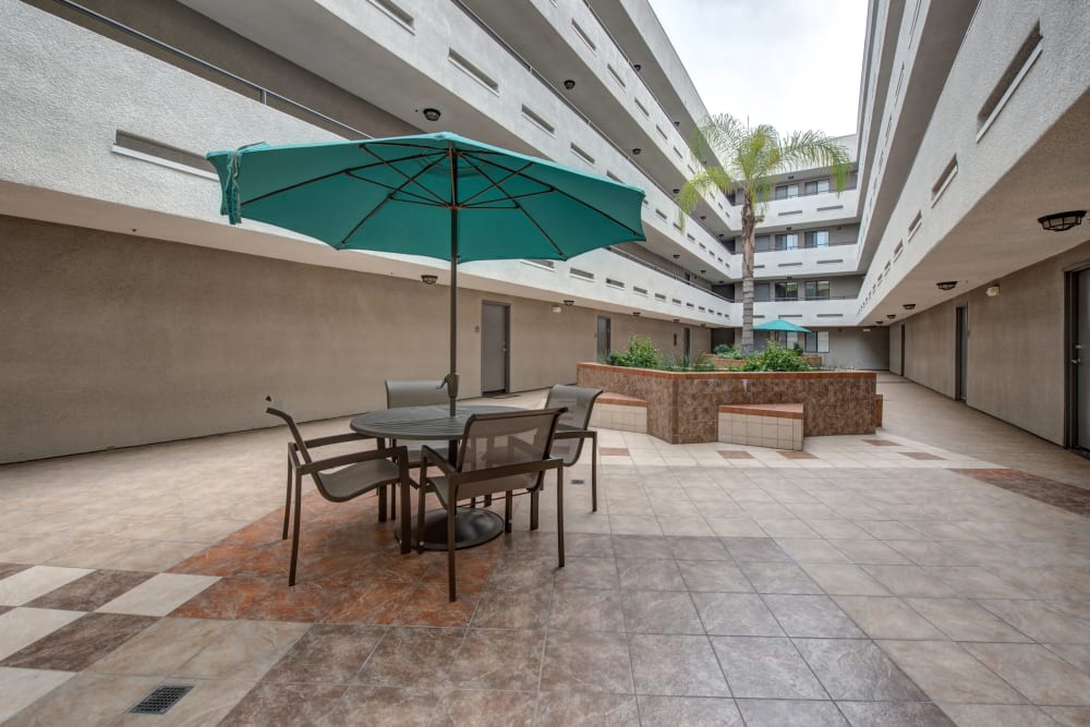 A large courtyard with picnic table at Vue at Laurel Canyon in Valley Village, California