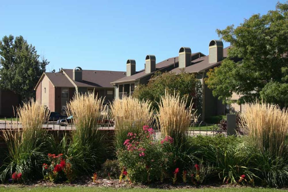 Well manicured exterior landscape at Skyline in Thornton, Colorado