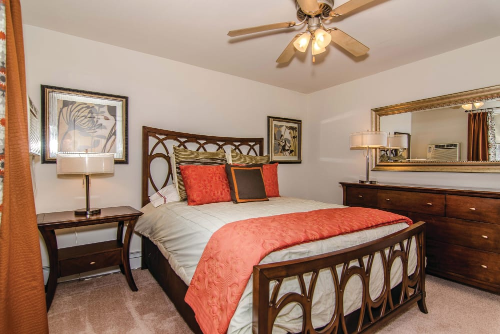 Bedroom with a ceiling fan at Ridley Brook Apartments in Folsom, Pennsylvania