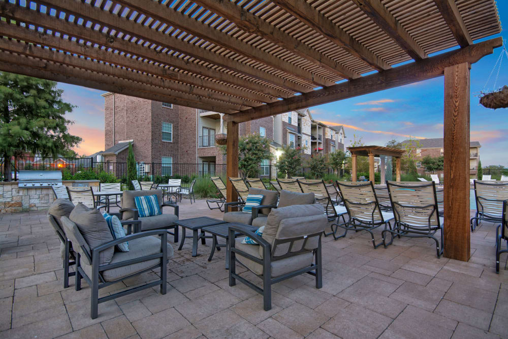 Outdoor sitting area in community space at Creekside South in Wylie, Texas