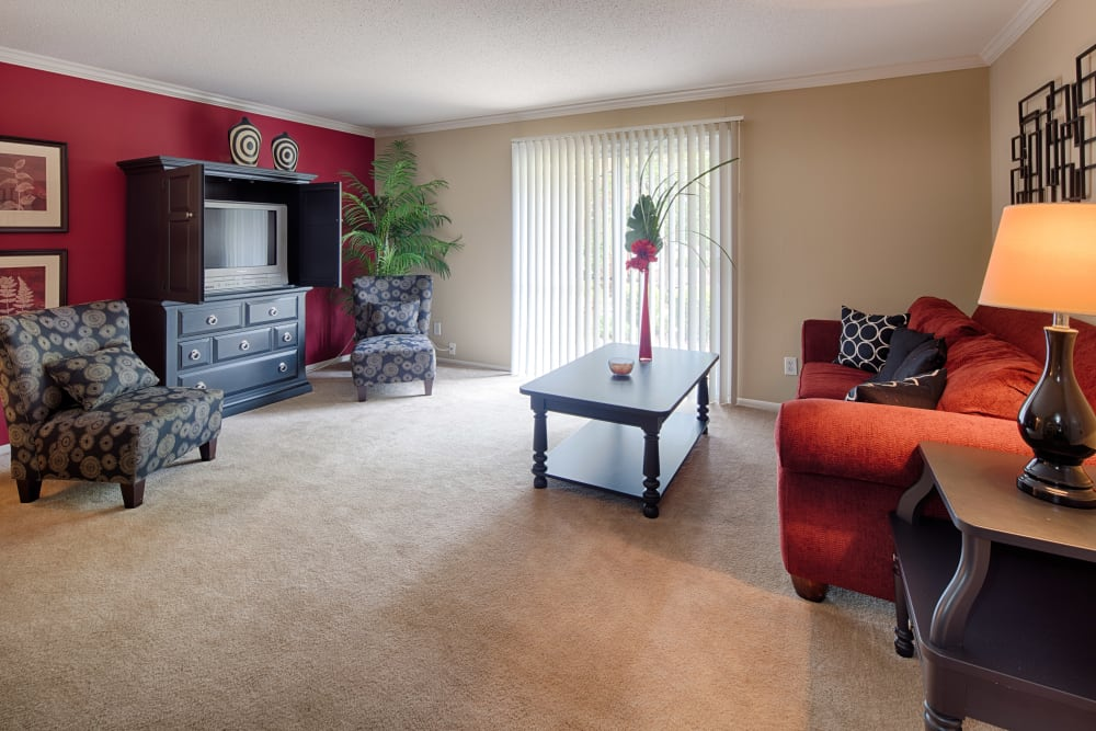 Living room with modern decor at Oxford Hills in St. Louis, Missouri
