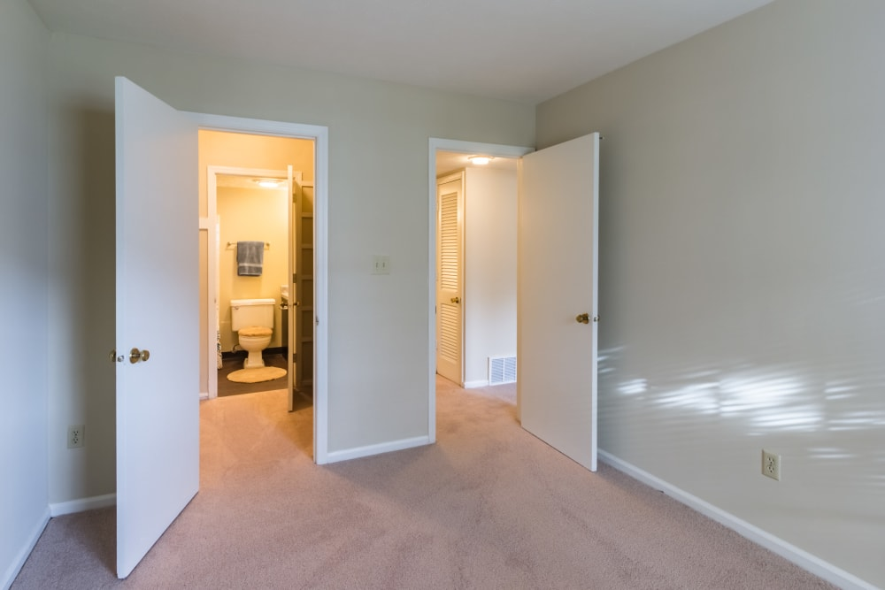 Bedroom with bathroom access In an apartment at Governours Square in Columbus, Ohio