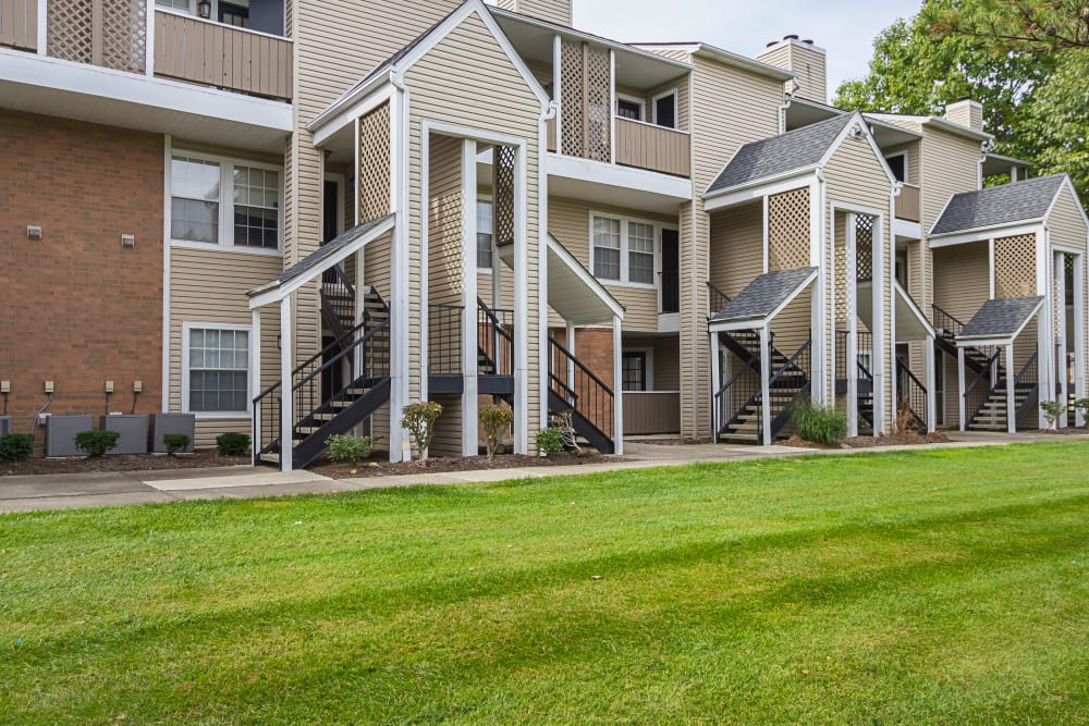 Exterior image of apartments at Hickory Creek in Columbus, Ohio