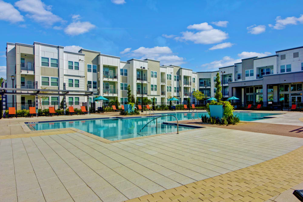 Apartment exterior and community pool at Linden on the GreeneWay in Orlando, Florida