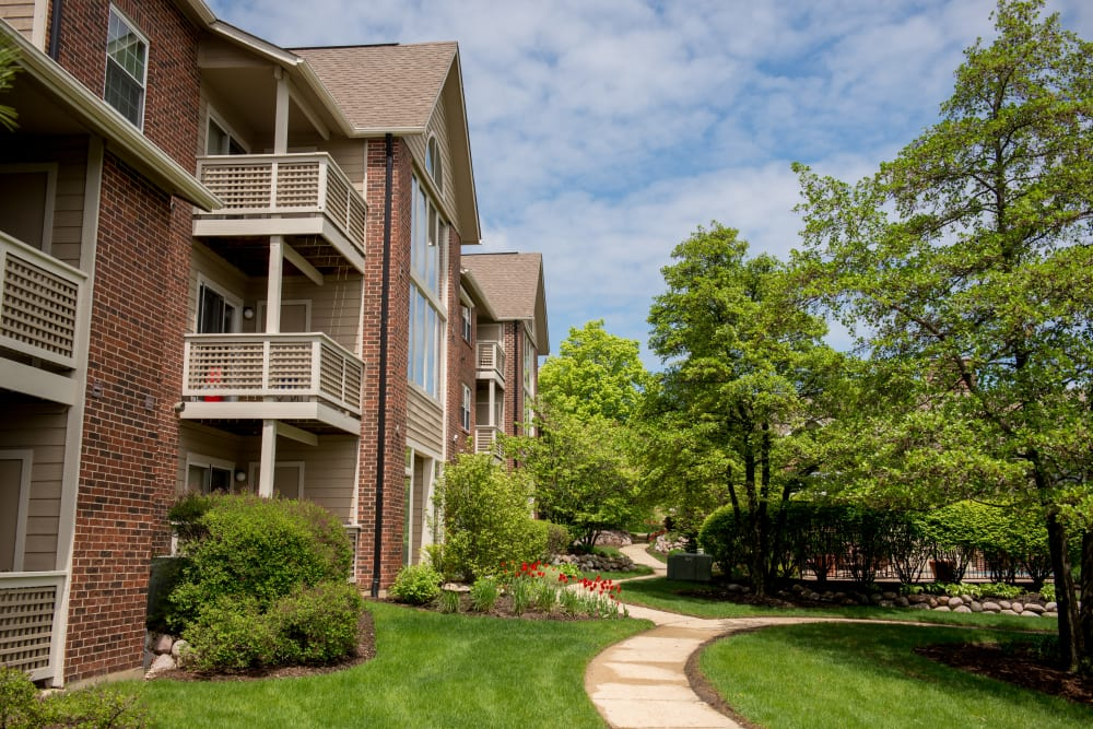 Exterior view of complex at The Lakes of Schaumburg in Schaumburg, Illinois