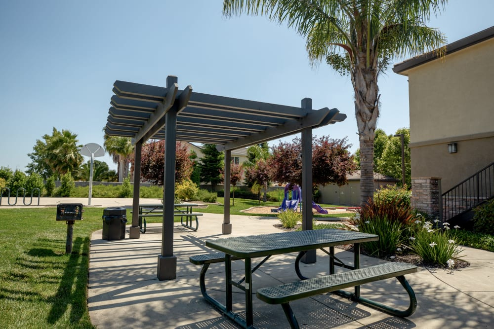 Picnic area next to a large grass lawn at Wolf Ranch Condominium Rentals in Sacramento, California