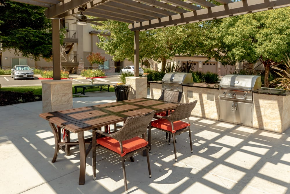 Picnic area with BBQ grills at Wolf Ranch Condominium Rentals in Sacramento, California