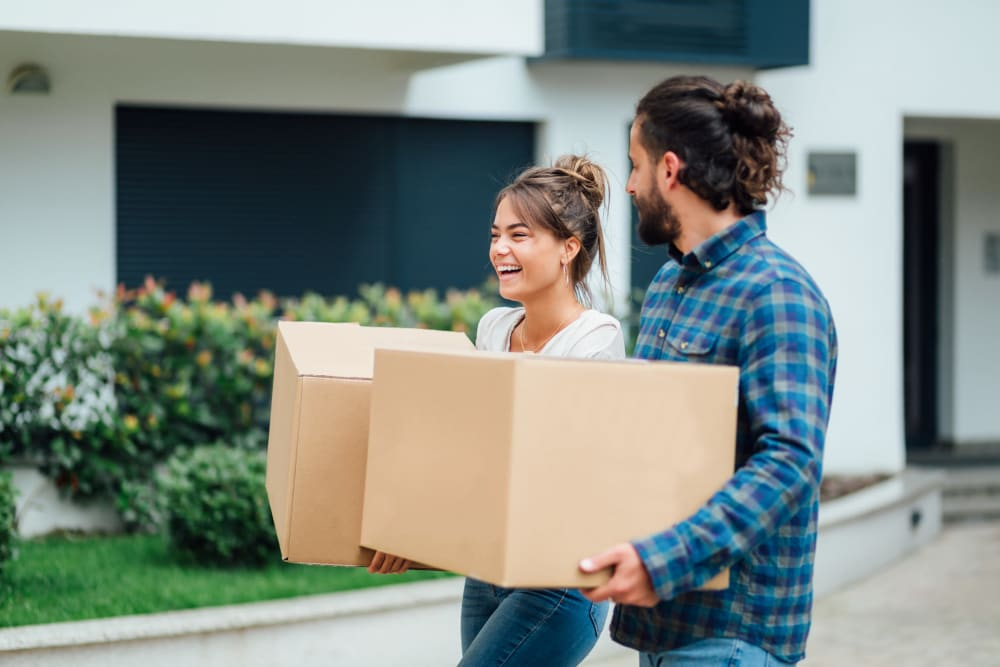 Couple carrying boxes in Bellingham, Washington to Urban Storage on Bennett