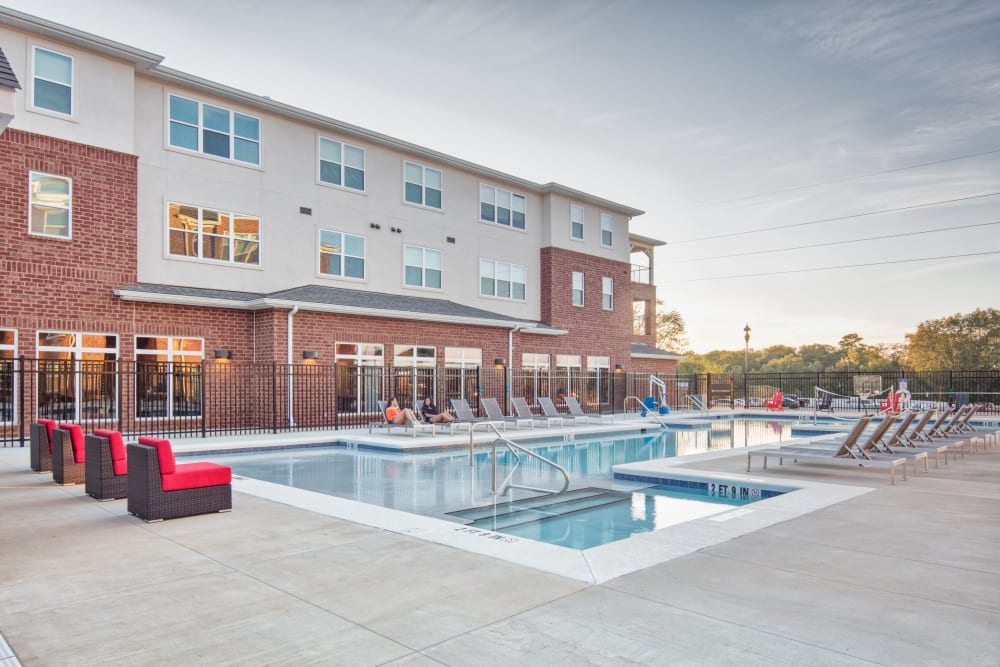 Resort-style sparkling swimming pool at evolve Tuscaloosa in Tuscaloosa, Alabama