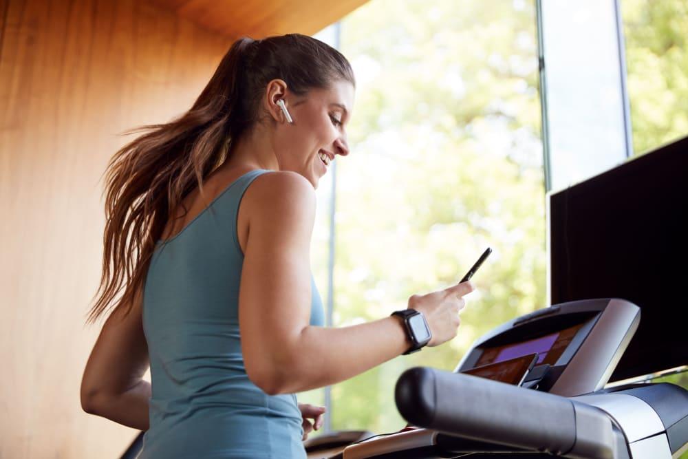 resident running on a treadmill at evolve on Main in Pullman, Washington