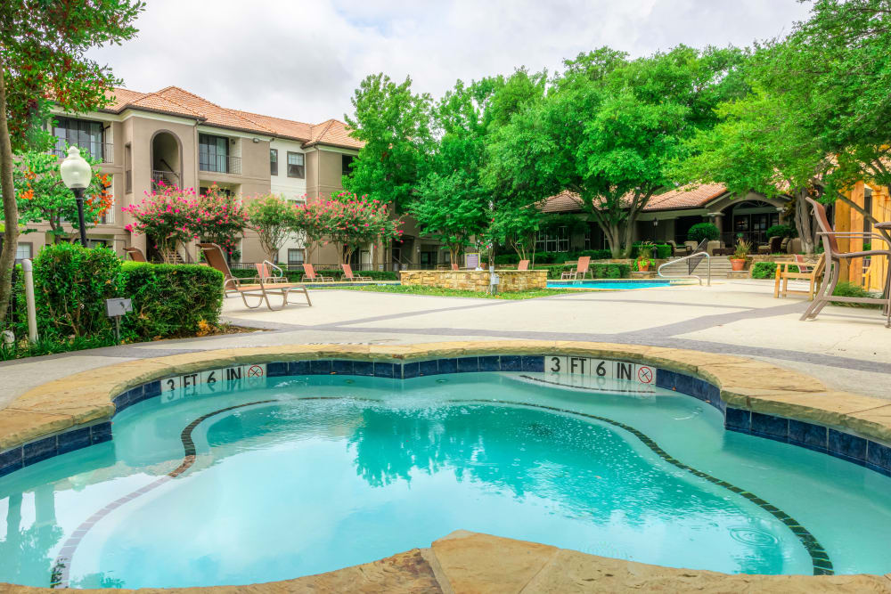 Hot tub for residents at The Lyndon in Irving, Texas
