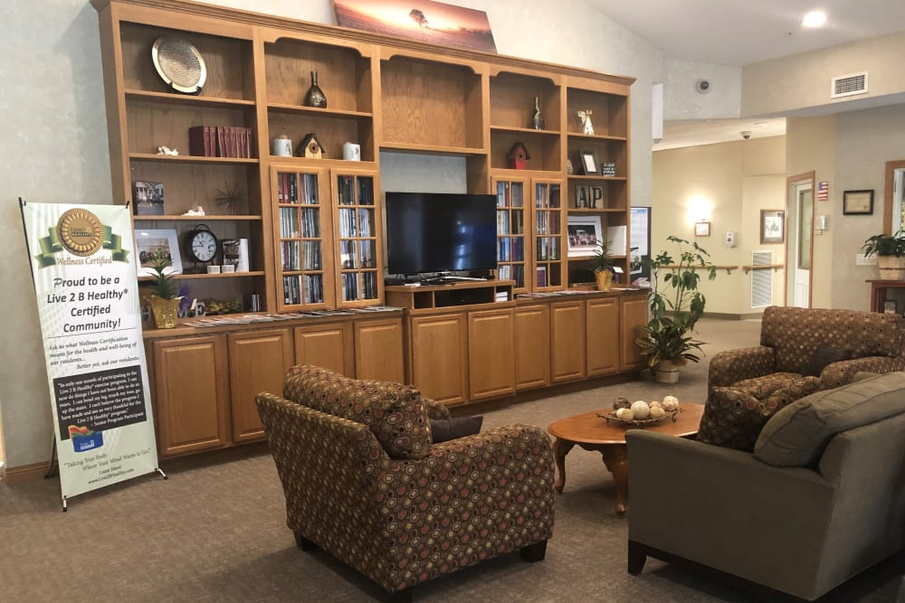 Lounge with a tv and lots of seating at Arlington Place Oelwein in Oelwein, Iowa
