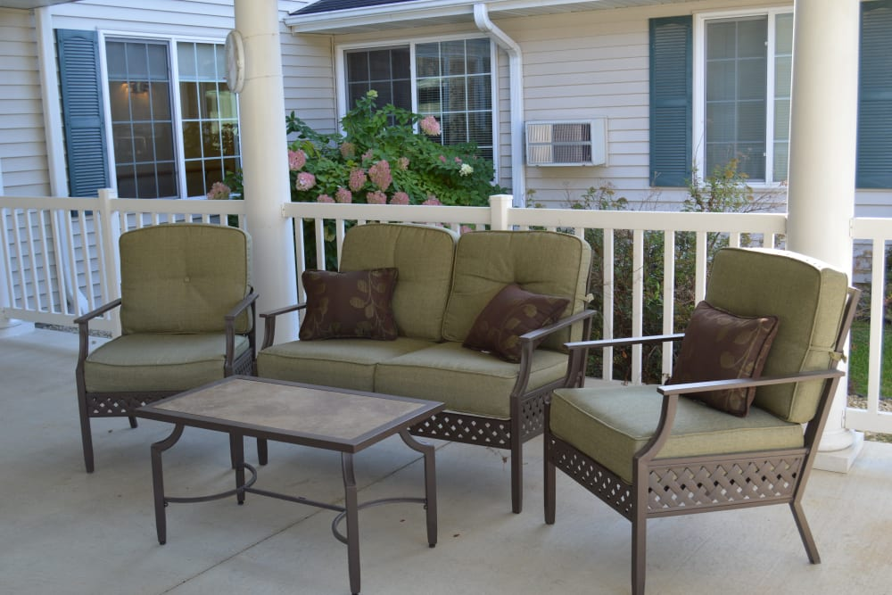 Outdoor patio with chairs and a coffee table at Arlington Place Oelwein in Oelwein, Iowa