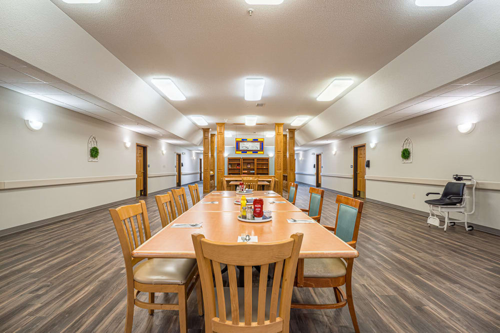 Lunchroom with a large central table at Traditions of Owatonna in Owatonna, Minnesota