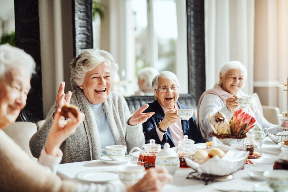 Group of residents dining at Edencrest at Beaverdale in Des Moines, Iowa