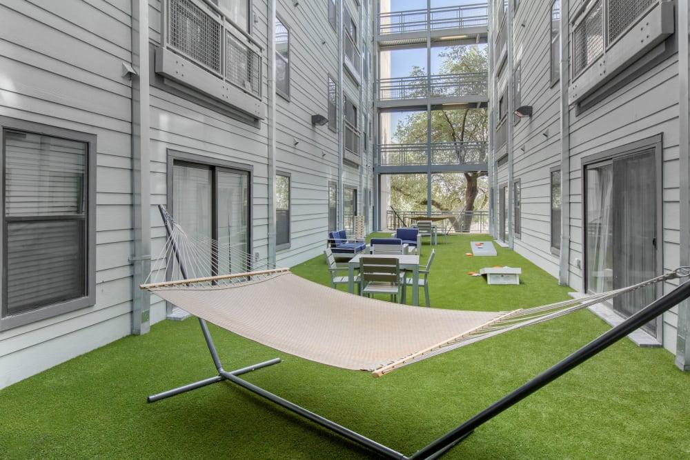 Courtyard with a hammock at Texan 26 in Austin, Texas