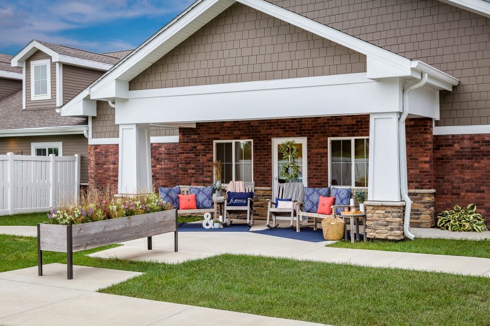 Outdoor sitting area at Edencrest at Riverwoods in Des Moines, Iowa